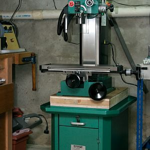 Grizzly G690 bench top milling machine on a stand